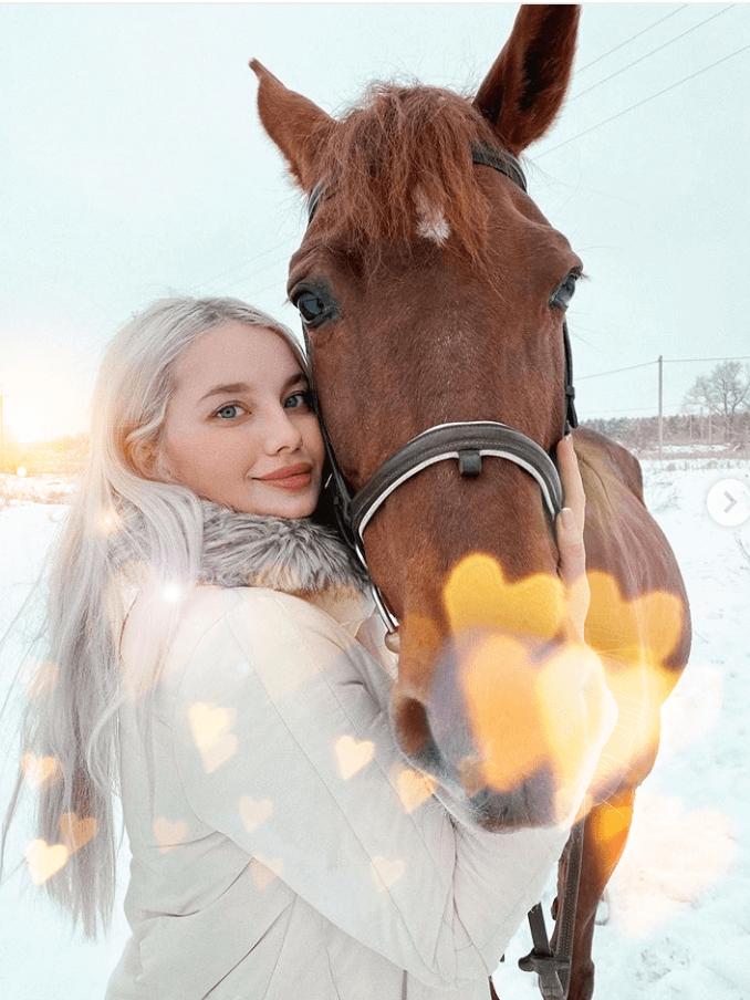 Jente og hest- Nordic photodesign
